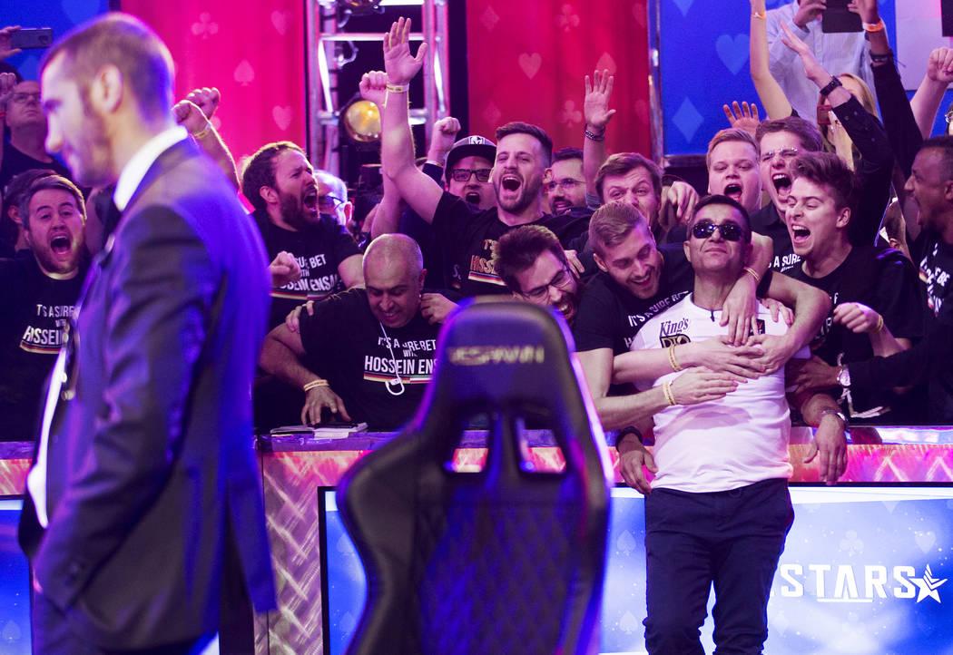 Hossein Ensan, atrás/derecha, de Alemania, es animado por sus fans luego de ganar el Evento Pr ...
