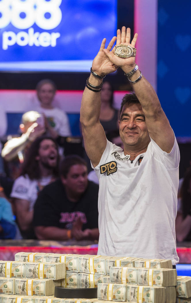 Hossein Ensan, de Alemania, celebra después de ganar el Evento Principal del World Series of P ...