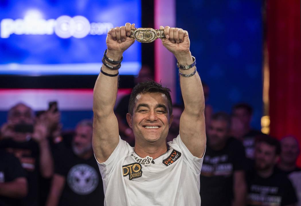 Hossein Ensan, de Alemania, levanta el brazalete del campeonato luego de ganar el Evento Princi ...
