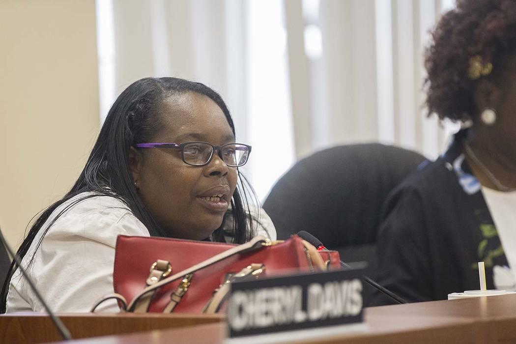 Theresa Davis habla en la reunión de la junta de la Autoridad de Vivienda Regional del Sur de ...