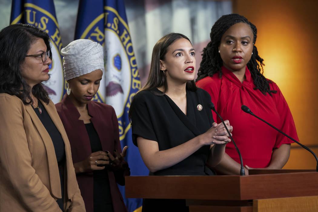 Desde la izquierda, la representante Rashida Tlaib, demócrata por Michigan, el representante L ...