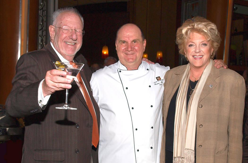 El ex alcalde Óscar Goodman, de izquierda a derecha, el chef Gustav Mauler y la alcaldesa Caro ...