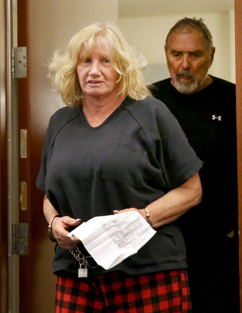 Patricia Chappuis, seguida por su esposo, Marcel, comparecen ante el tribunal en el Regional Ju ...
