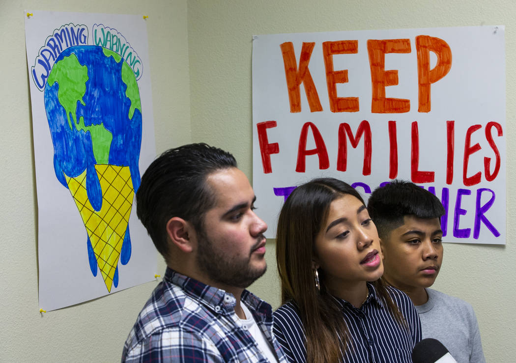 Omar Arellano Cruz, 21, izquierda, Kimberly Arellano Cruz, 16, y AJ Arellano Cruz, 12, escuchan ...