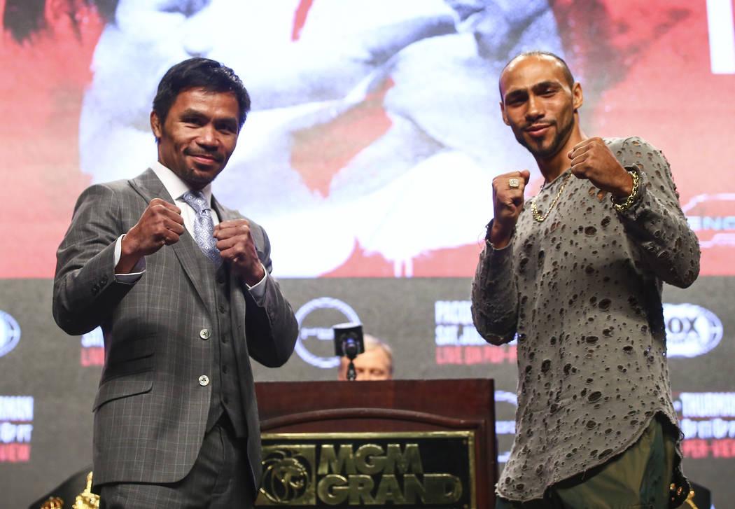 Manny Pacquiao, a la izquierda, y Keith Thurman posan durante una conferencia de prensa antes d ...