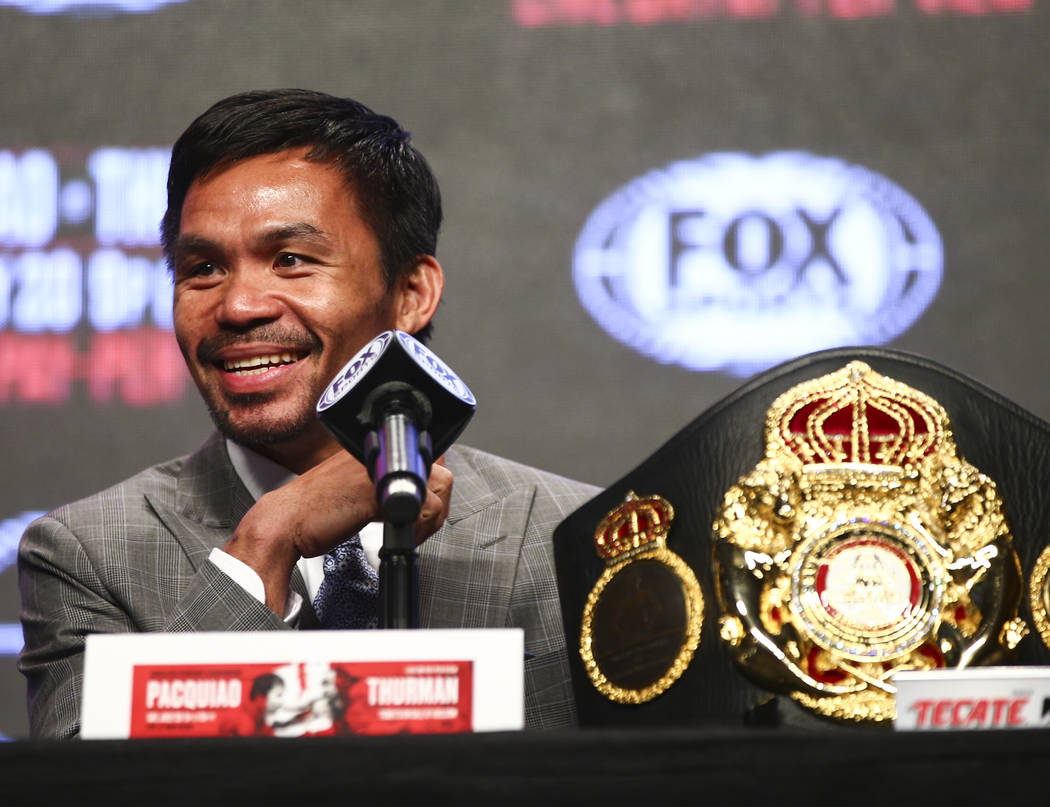 Manny Pacquiao reacciona mientras escucha durante una conferencia de prensa en el MGM Grand Gar ...