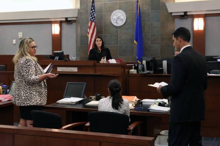 La abogada del Review-Journal, Maggie McLetchie, a la izquierda, se dirige a la corte mientras ...