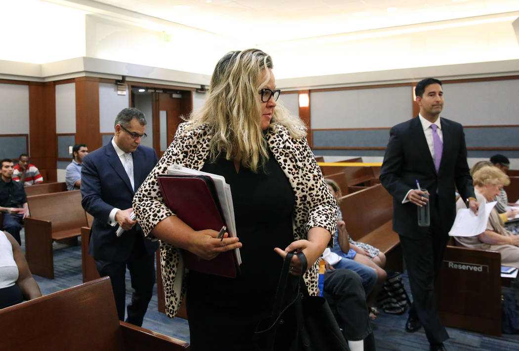 La abogada del Review-Journal, Maggie McLetchie, al centro, Jay P. Raman, fiscal adjunto jefe d ...