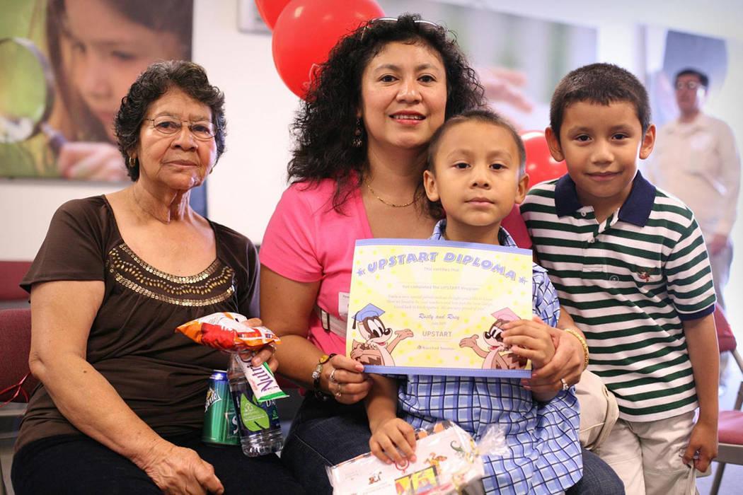 Distintas familias hispanas se han beneficiado con el programa Waterford Upstart, el cual ahora ...