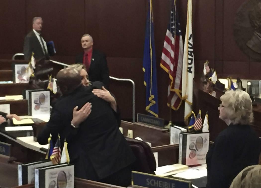 El líder demócrata del Senado de Nevada, Kelvin Atkinson, a la izquierda, abraza a la senador ...