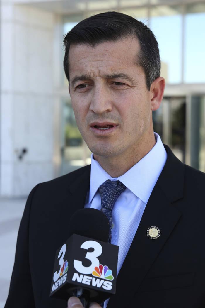 El abogado estadounidense Nicholas Trutanich se dirige a los medios de comunicación luego de l ...