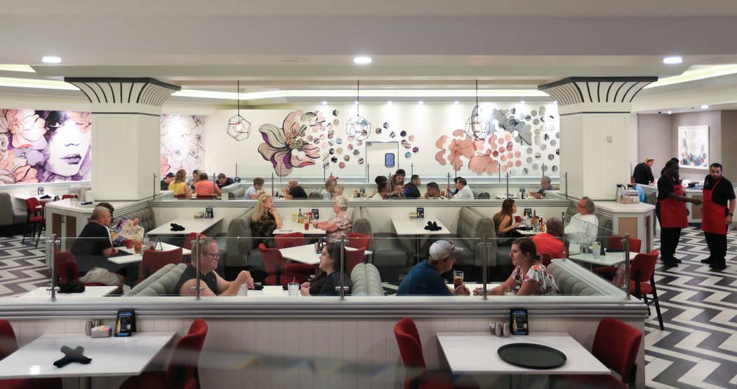 Los comensales disfrutan de una comida en el Café STRAT, un nuevo restaurante abierto como par ...
