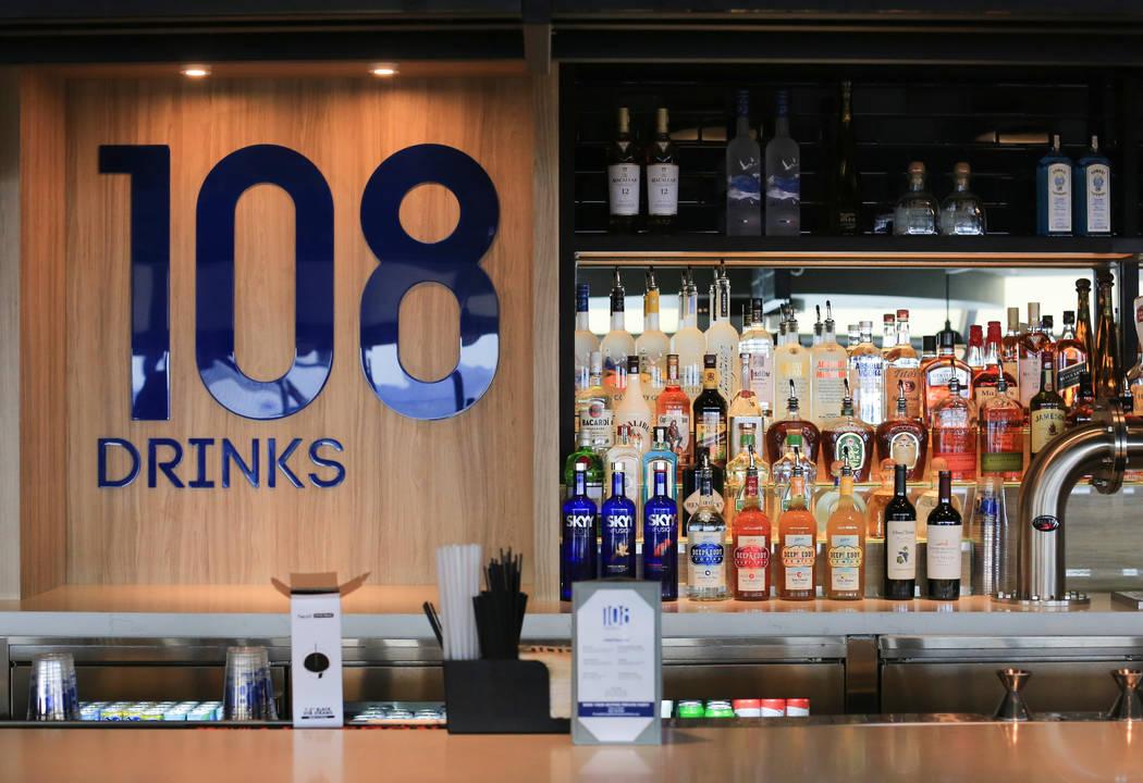 108 Drinks, un nuevo bar en la plataforma de observación del casino del hotel STRAT en Las Veg ...