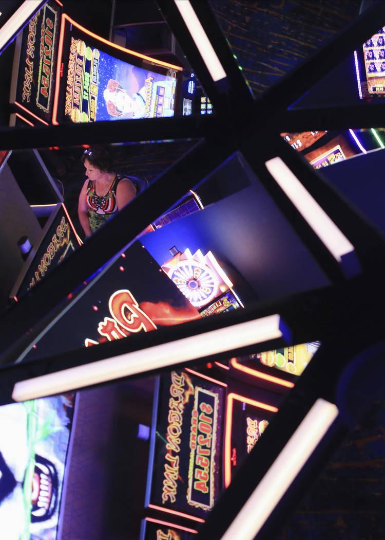 Las máquinas tragamonedas se reflejan en el techo del Link Slot Lounge, una nueva área de jue ...