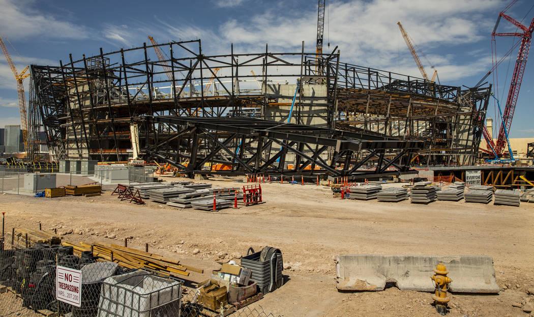 Varios trusses se encuentran en el suelo en el Raiders Stadium, donde se instaló y luego se de ...