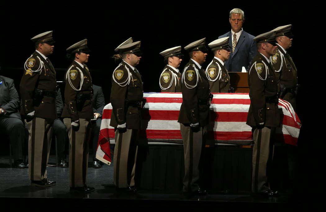 La guardia de honor de la policía de Las Vegas durante los servicios funerarios para el ex cap ...