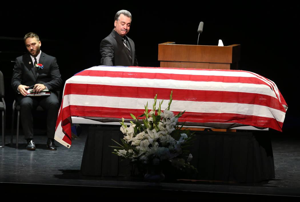 El amigo Dennis Flynn, después de hablar durante los servicios funerarios del ex capitán de l ...