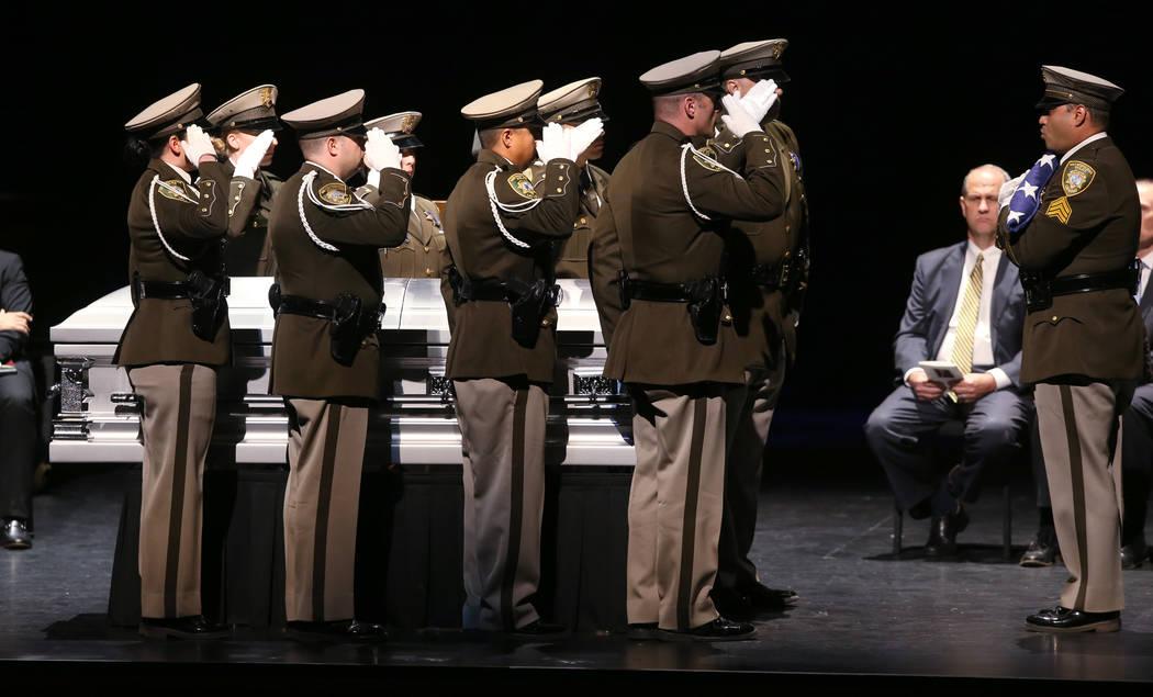 La guardia de honor de la policía de Las Vegas prepara la bandera durante los servicios funera ...