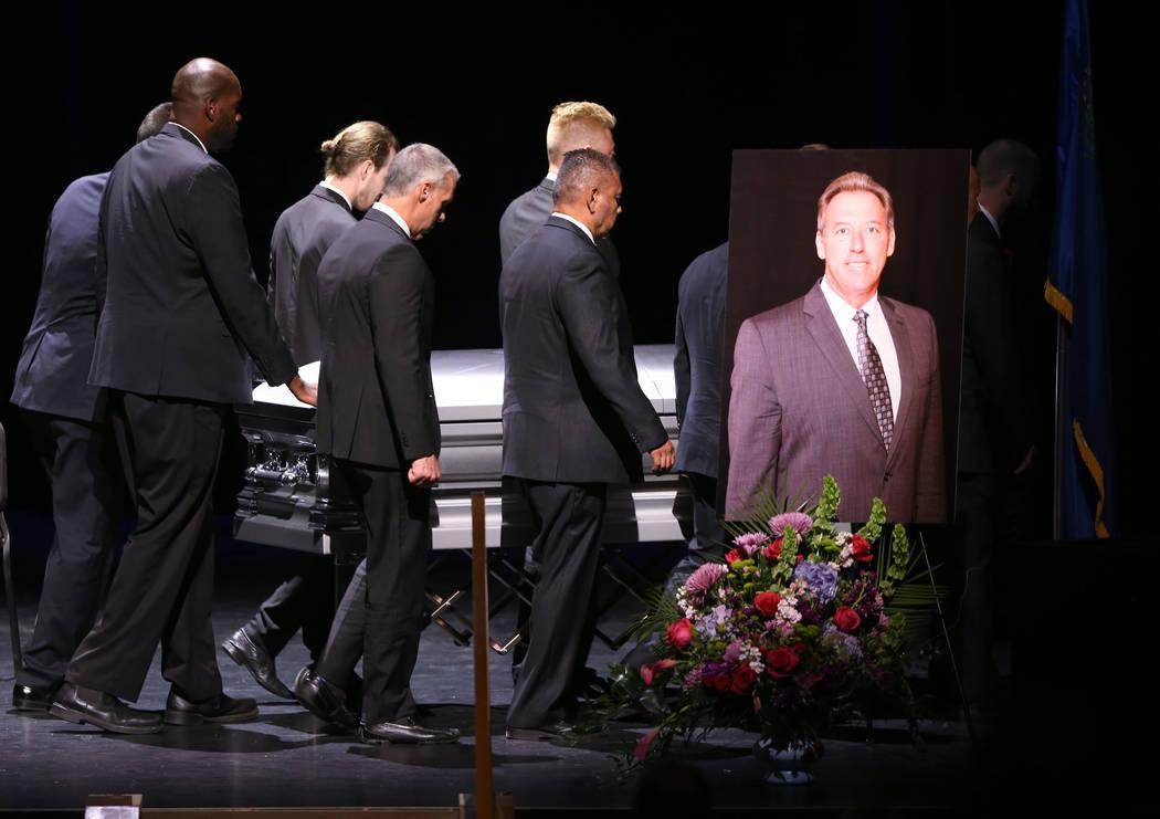 Mueven el ataúd durante los servicios funerarios para el ex capitán del Departamento de Polic ...