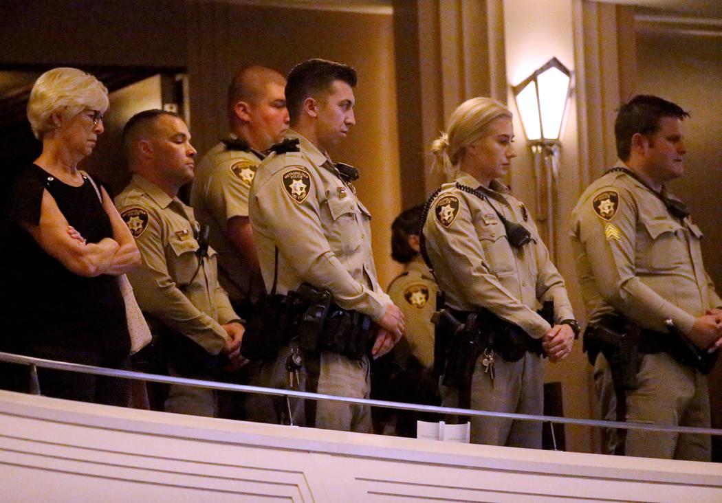 Los oficiales e invitados de la policía de Las Vegas durante los servicios funerarios del ex c ...