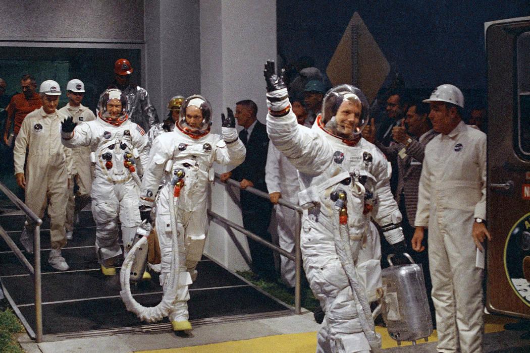 Neil Armstrong, Michael Collins y Buzz Aldrin caminan hacia la camioneta que llevará al equipo ...