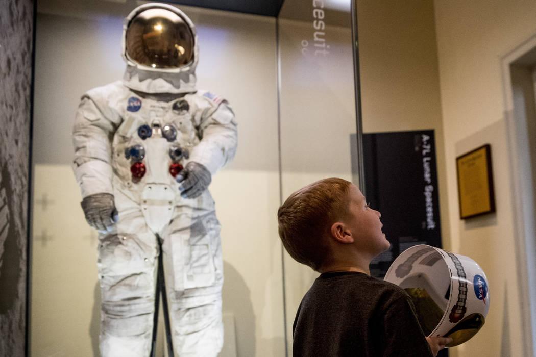 Jack Heely, de 5 años, de Alexandria, Virginia, lleva un casco de juguete cuando llega como un ...