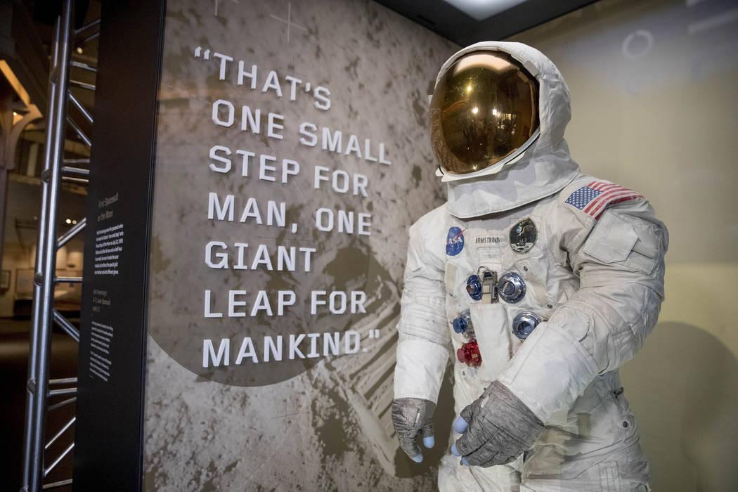 El traje espacial Apolo 11 de Neil Armstrong se presentó en el Museo Nacional del Aire y el Es ...