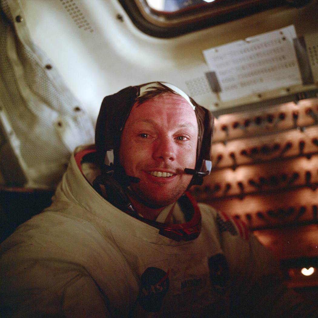 El astronauta Neil Armstrong, comandante del Apolo 11, se sienta dentro del Módulo Lunar despu ...