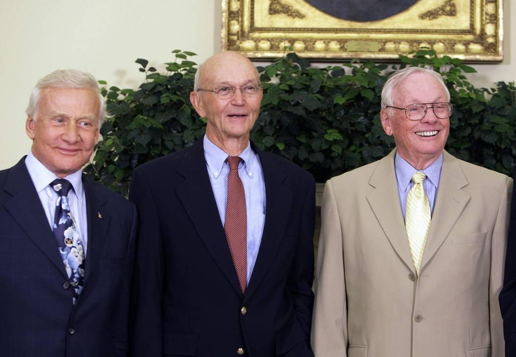 Los astronautas del Apolo 11, desde la izquierda, Buzz Aldrin, Michael Collins y Neil Armstrong ...