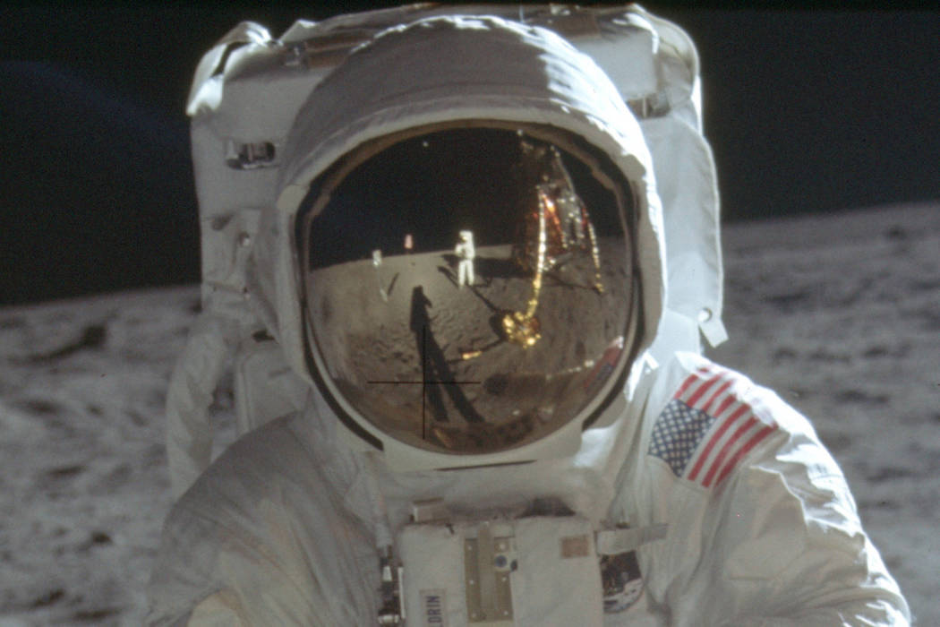 Este detalle de una foto del 20 de julio de 1969 hecha por la NASA muestra al astronauta Neil A ...