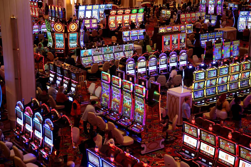 Algunos de los primeros huéspedes apuestan en el piso del casino durante la apertura de Encore ...