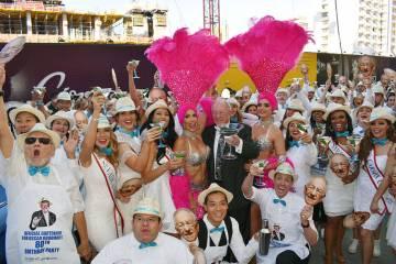 Óscar Goodman cumplió 80 años, su celebración contó con un brindis realizado con 80 martin ...