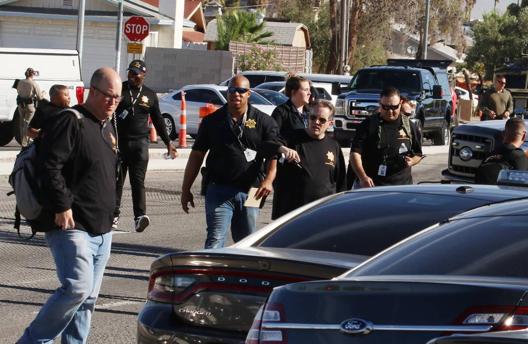 La policía de Las Vegas investiga una barricada en la cuadra 5400 de South Maryland Parkway el ...