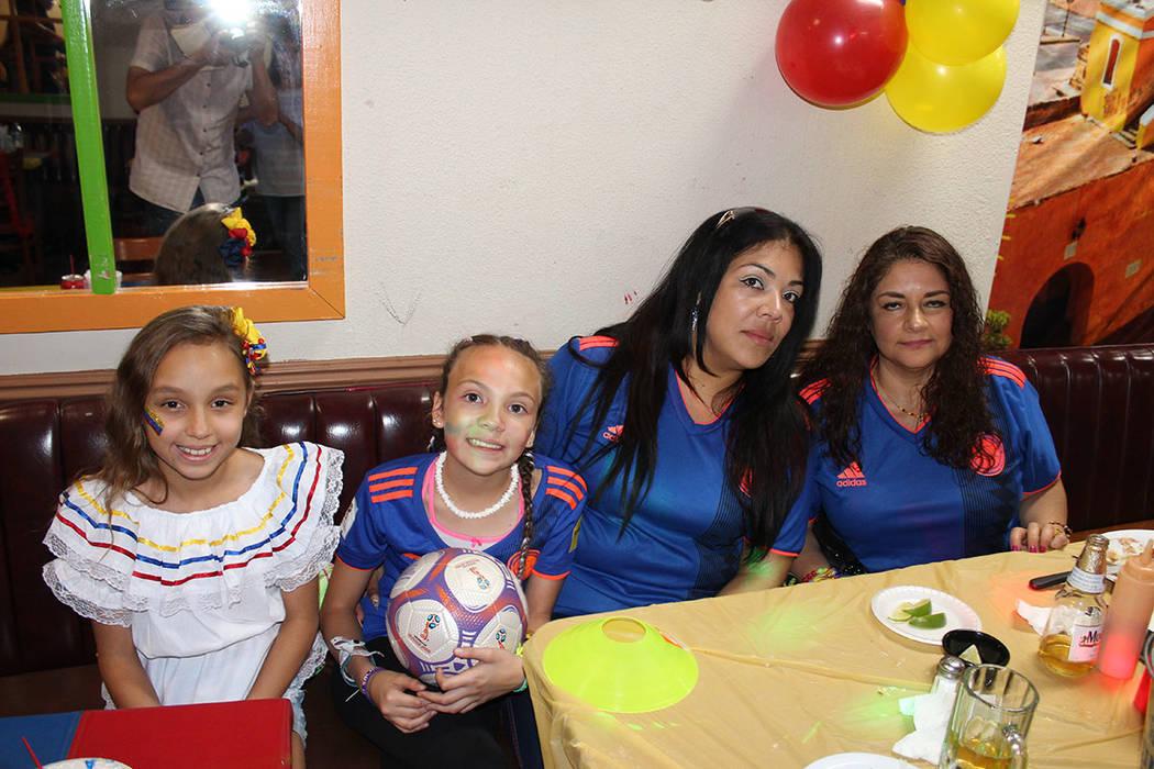 Portaron sus trajes tradicionales o la playera de su selección nacional de futbol. Sábado 20 ...