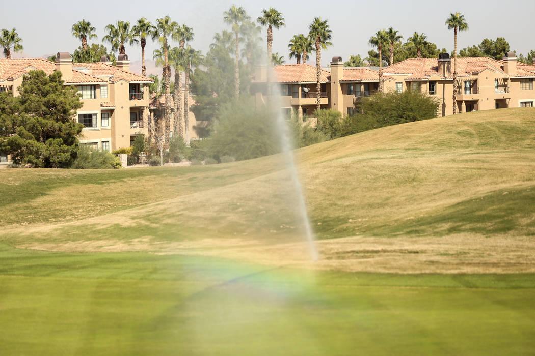 Los aspersores riegan el césped del Legacy Golf Club en Henderson, jueves 12 de octubre de 201 ...