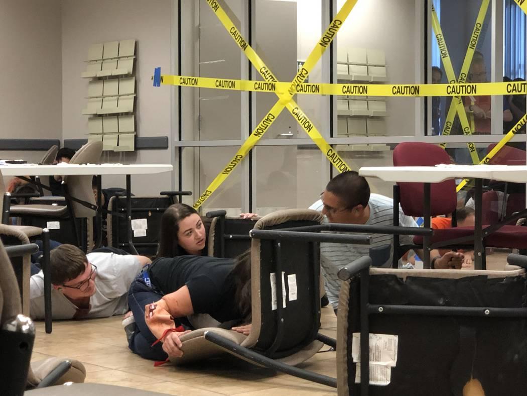 El sábado 20 de julio de 2019, voluntarios pretenden ser heridos o que se esconden mientras pa ...
