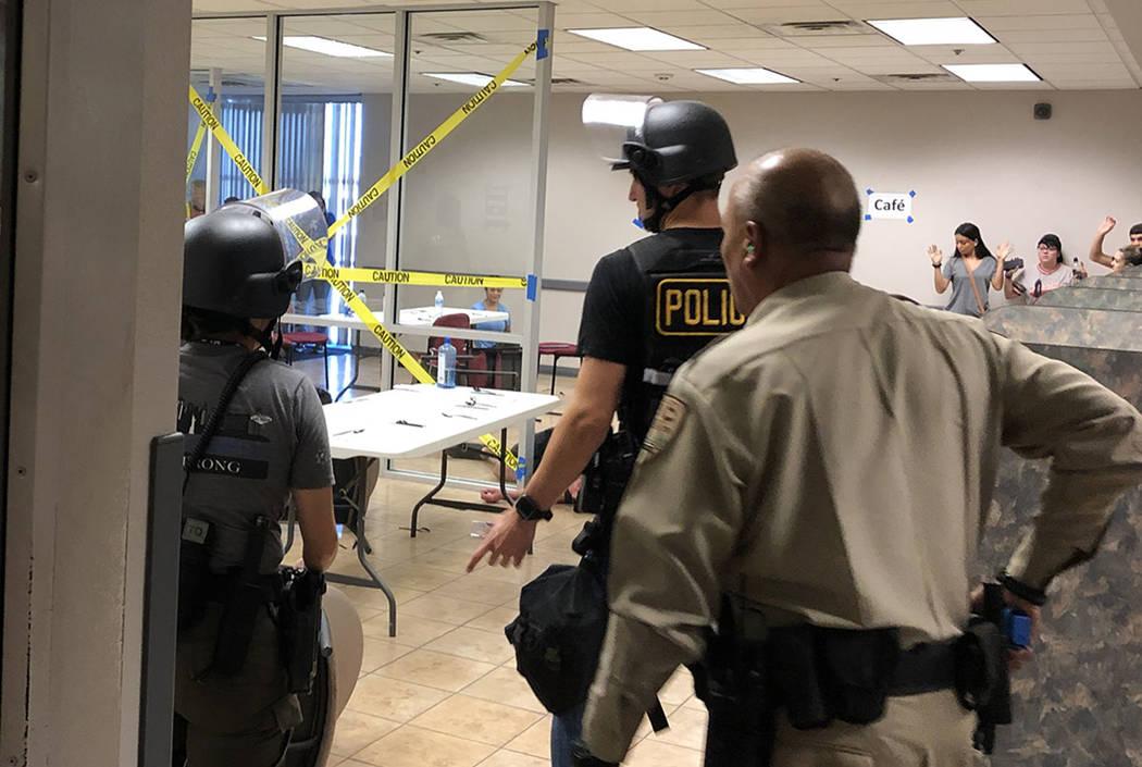 Los oficiales del Departamento de Policía Metropolitana se preparan para un simulacro de tirad ...