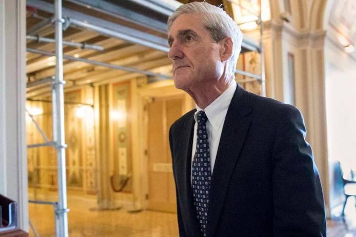 El asesor especial Robert Mueller se retira después de una reunión en Capitol Hill en Washing ...
