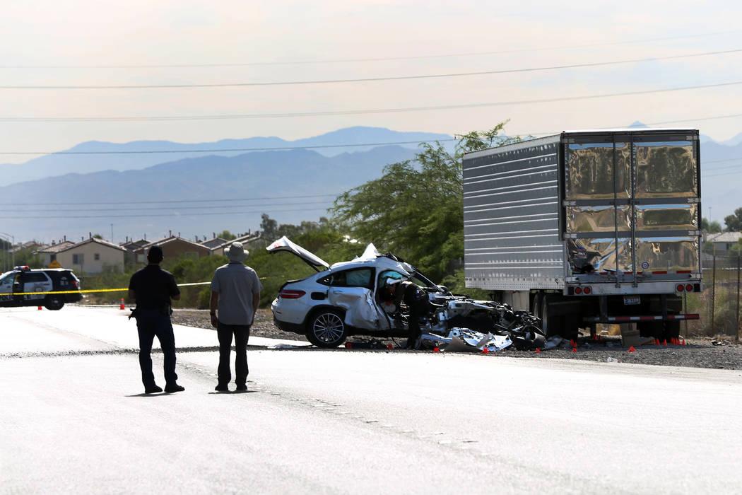 Una persona está luchando por su vida después de que un vehículo blanco colisionó con un re ...