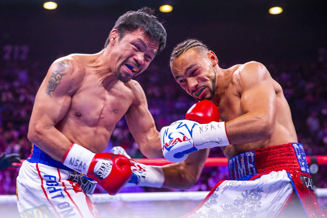 Manny Pacquiao golpea a Keith Thurman durante la Ronda 1 de su pelea por el campeonato mundial ...