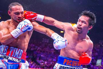 Manny Pacquiao golpea a Manny Pacquiao durante la Ronda 1 de su pelea por el campeonato mundial ...