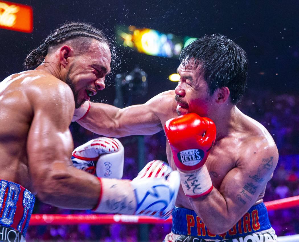 Manny Pacquiao golpea a Keith Thurman durante la Ronda 12 de su pelea por el campeonato mundial ...