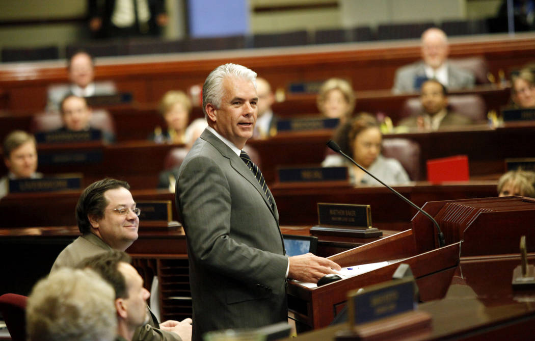El senador estadounidense John Ensign, republicano por Nevada, se dirige a la Legislatura de Ne ...