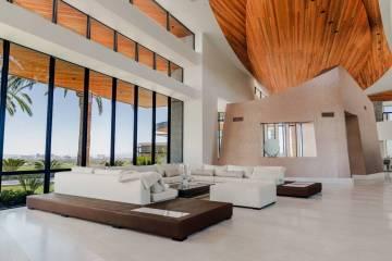El desarrollador Jim Rhodes vendió su megamansión de Las Vegas en 5212 Spanish Heights Drive ...