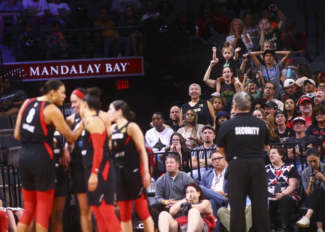 Los fans de Las Vegas Aces reaccionan durante la segunda mitad de un partido de baloncesto de l ...