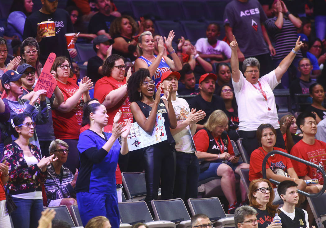 Los fans de Las Vegas Aces aclaman durante la segunda mitad de un partido de baloncesto de la W ...