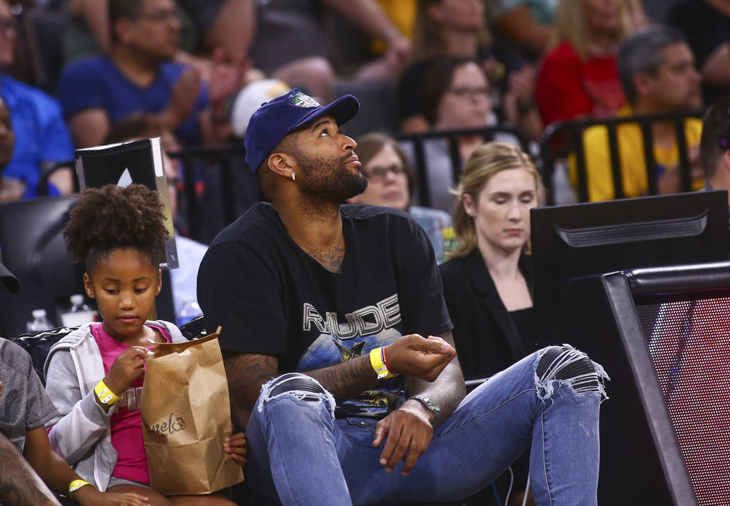 DeMarcus Cousins de Los Angeles Lakers mira la acción durante la segunda mitad de un partido d ...