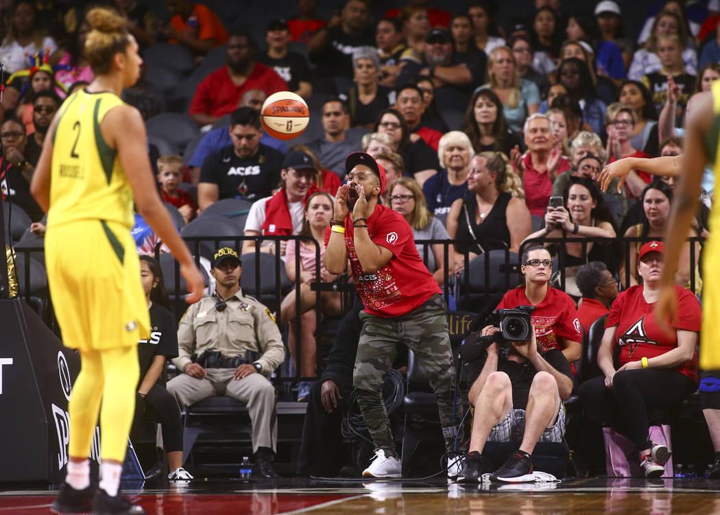 Un fan de Las Vegas Aces reacciona durante la segunda mitad de un partido de baloncesto de la W ...