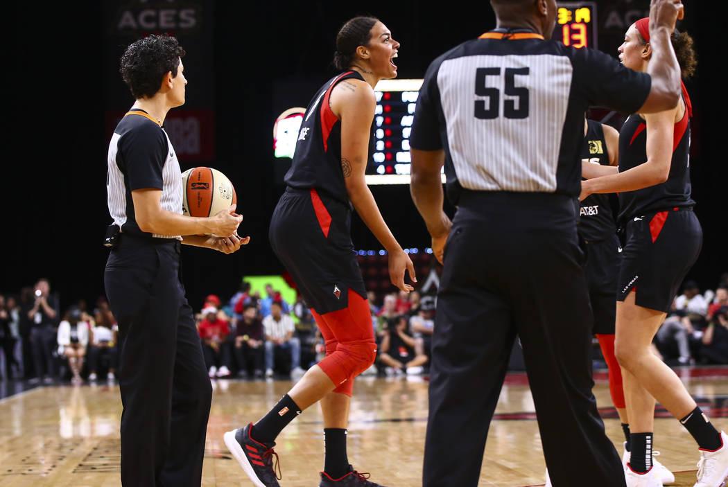 Liz Cambage de Las Vegas Aces reacciona durante la primera mitad de un partido de baloncesto de ...