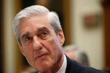 El ex asesor especial Robert Mueller escucha mientras testifica ante la audiencia del Comité J ...